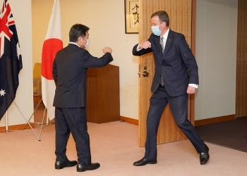 茂木外務大臣とティーハン・オーストラリア貿易・観光・投資大臣の肘タッチ