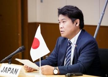 オンライン会議に出席する鷲尾外務副大臣