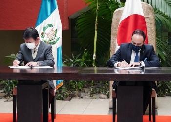 署名する両外相