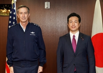 ケビン・シュナイダー在日米軍兼第5空軍司令官による宇都外務副大臣表敬の様子