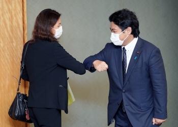 肘タッチであいさつする鷲尾外務副大臣とエヴラール国際原子力機関(IAEA)事務次長