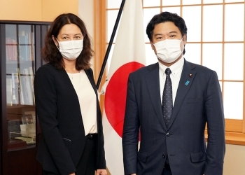記念撮影する鷲尾外務副大臣とエヴラール国際原子力機関(IAEA)事務次長